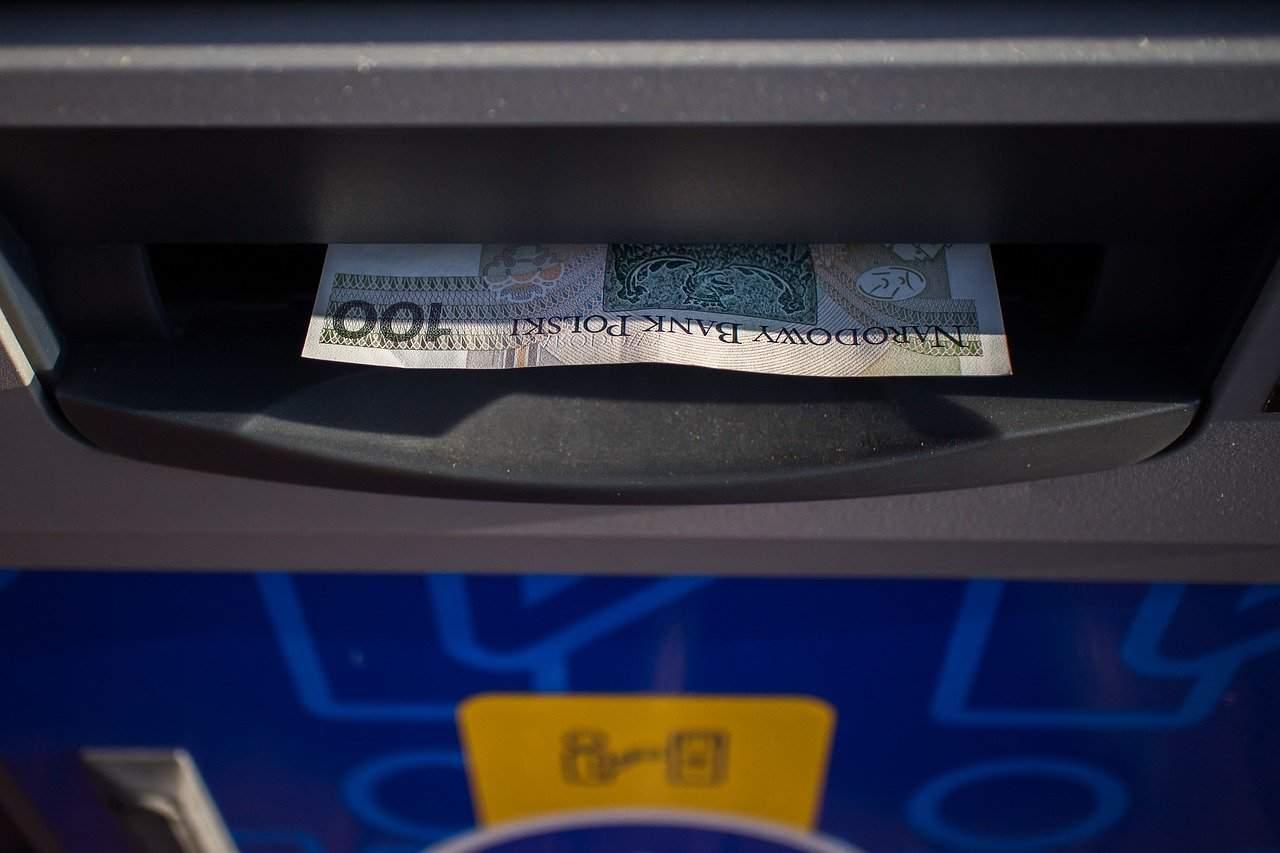 Bankomat nie wypłacił pieniędzy, a pobrał z konta. Co robić?